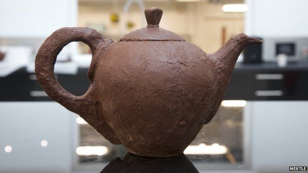 Can a chocolate teapot hold boiling water?